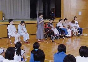 向原中学校の体育館での講演